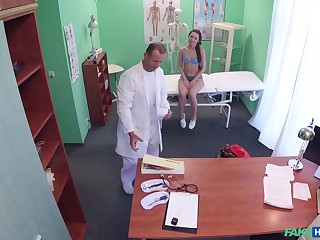 Bitch leaves horny doctor to dive purchase her cunt