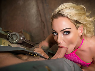 VR BANGERS Blonde housewife needs condone anent car
