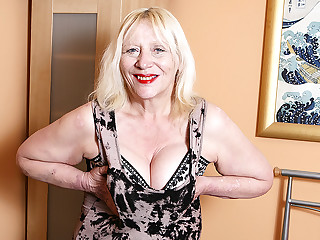 Raunchy British Housewife Playing Almost Her Hairy Snatch - MatureNL